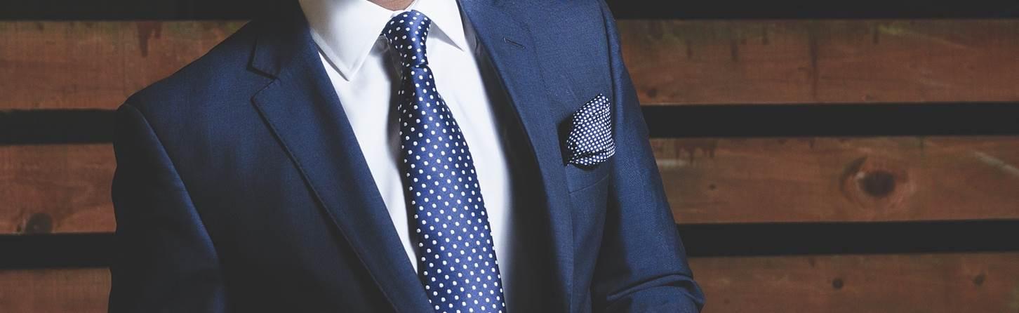 スーツにネクタイ